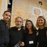 Diego, Helena y Alba, la parte más joven de la organización, felicitan a Jordi Savall