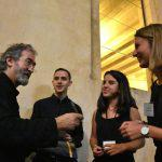 Diego, Helena y Alba, la parte más joven de la organización, felicitan a Jordi Savall (2)